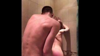 Znásilnění nadržené přítelkyně ve sprše